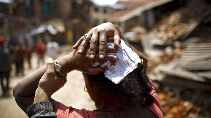Latest updates: #NepalEarthquake death toll climbs to 42 with more than 1,000 injured http://t.co/2YRNMqVWxe http://t.co/Gx6cPVnAxa