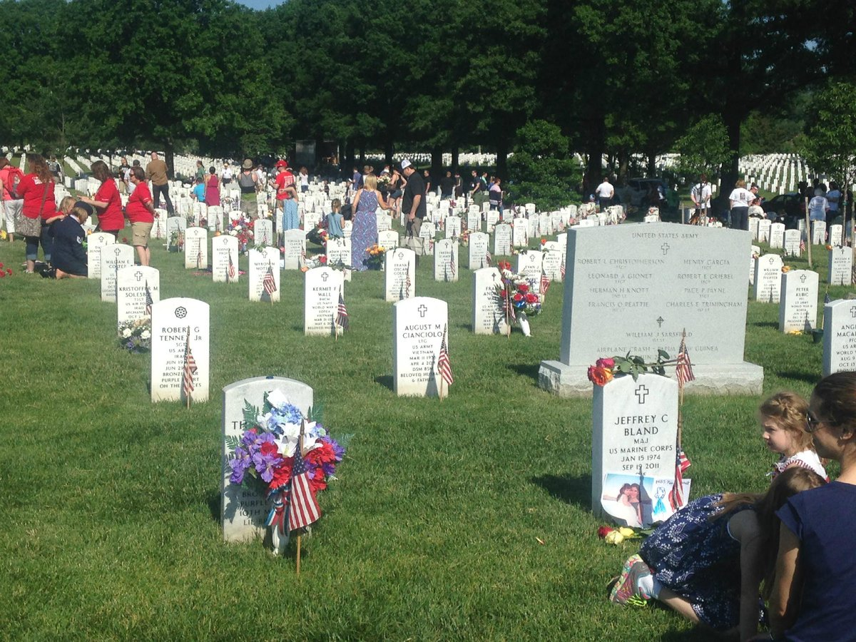 Beautiful weather @ArlingtonNatl, visitors pay their respects to those who made the ultimate sacrifice. #MemorialDay http://t.co/10F8OmalAN