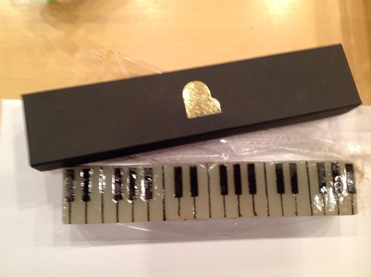 いただきました。ジャズ羊羹っていう名前のお菓子。レコーディングスタッフみんなで分けあっていただきました。とてもおいしかったです。岩田さん、どうもありがとう❗️ pic.twitter.com/7JXfbvMAKw