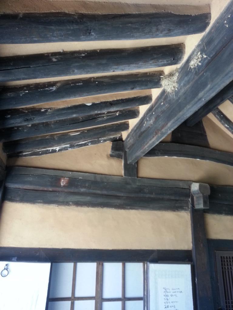 제가 살아있는 '흥부'라는 증거. 우리 대청마루에 제비가 집을 지었어요. ㅋㅋㅋ http://t.co/0JB7qiLBDG
