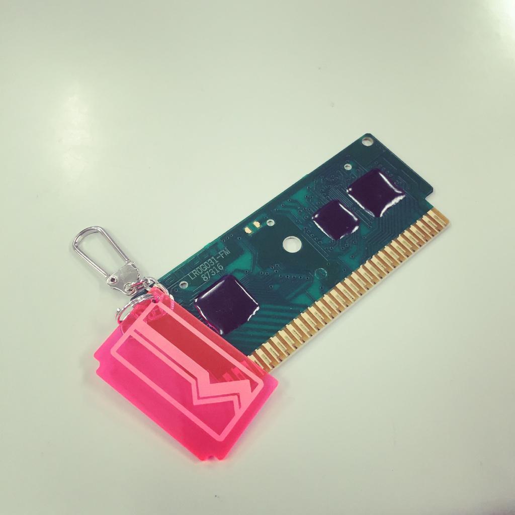 ゲームレジェンドで買ったキーホルダー、ファミコンに挿してみた。なんかコメントし辛いゲームが起動した。 http://t.co/tv3ixLUHHs