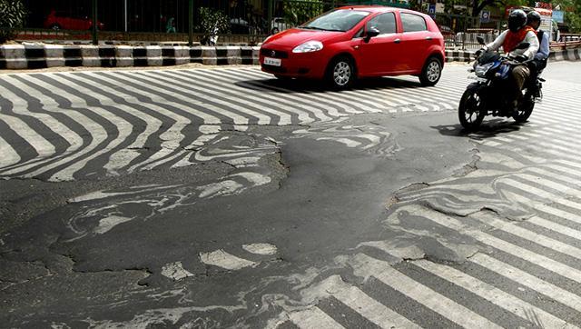 インドの熱波。ニューデリーで横断歩道の塗装とアスファルトが暑さで溶けて混ざり合ってる写真。(Sanjeev Verma/ HT photo) 記事はこちらhindustantimes.com/india-news/hea… pic.twitter.com/OAaeM5llxB