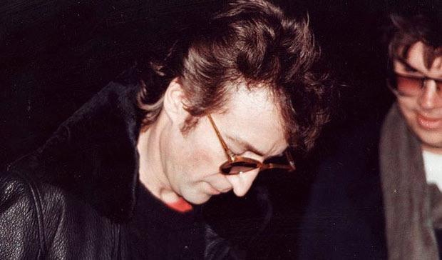 John Lennon firma un autografo a Mark David Chapman. il suo assassino.