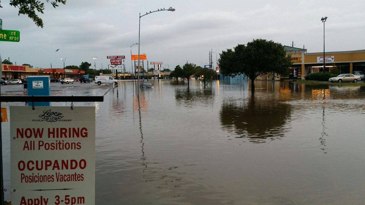 Lopez (parking lot seen here) and other Houston restaurants remain closed today: http://t.co/mvNkVuwHv0 #houstonflood http://t.co/rRqMdT2JUL