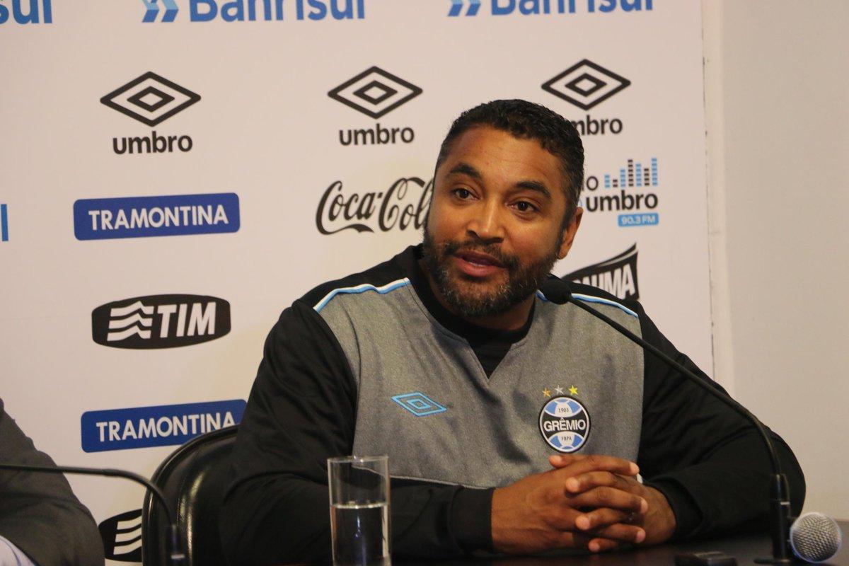 Roger é apresentado oficialmente como técnico do Grêmio