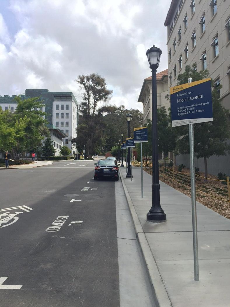 カリフォルニア大バークレー校に来て駐車場を探していたら、なんと「ノーベル賞受賞者専用駐車場」が。冗談かと思ってたら、本当にノーベル賞受賞者だけ停められる特権の駐車場だそう。7台分あり1台だけ停まってました。 pic.twitter.com/tKFGNN4AoO