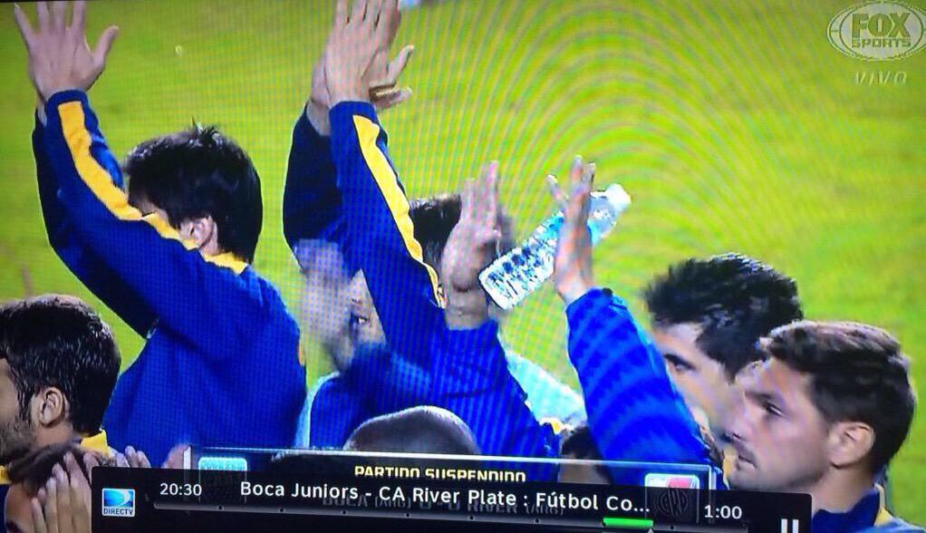 El gesto del capitán d Boca Jrs, Orión, y sus compañeros es increible! ¿Qué aplauden, que hoy ganaron los violentos? http://t.co/WtoJsmQLyC