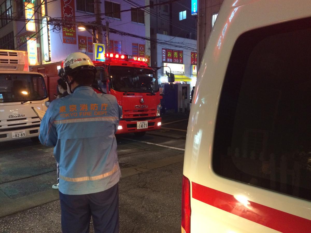 雁川でごはん食べよと思ったら、客が倒れたとかで救急車が来たんだけど、倒れた人が重すぎて運べないからって応援の消防隊が増援に来た。道路詰まってカオス #akiba http://t.co/fqEBiUpQ3i