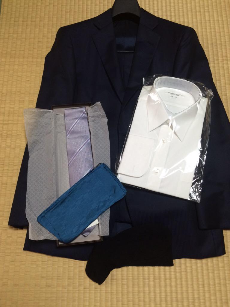 両陛下を金沢駅にてお迎えさせていただく。スーツ、ワイシャツ、ネクタイ、チーフ、靴下、全て新調で揃える。 http://t.co/h4fv5KL6eI