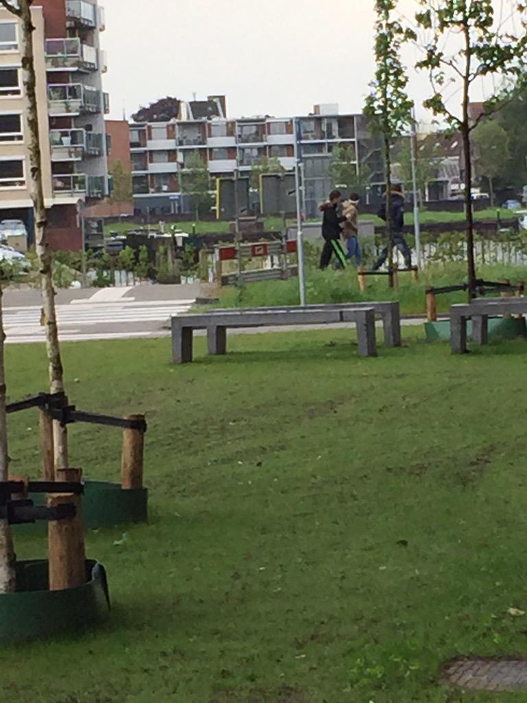 Deze drie jongens stuurden zonet een ambulance die met spoed reed bewust de verkeerde kant op. #Zwolle http://t.co/lJ0rgbUmRd
