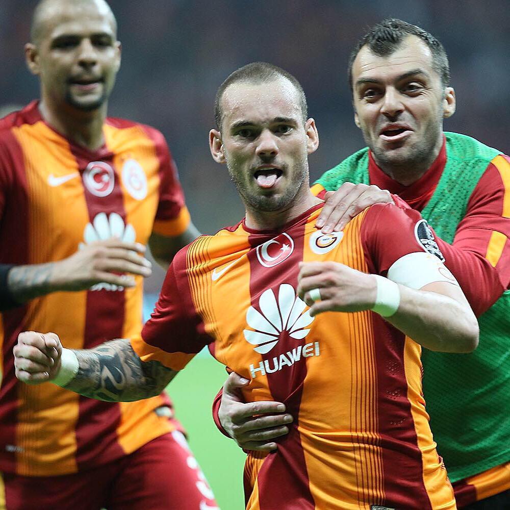 Pandev greets Wesley Sneijder after his goal