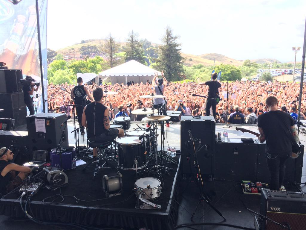 Yay!!!! @alltimelow tearing it up at #kroqweenieroast right now! http://t.co/1PLdkzrLRo