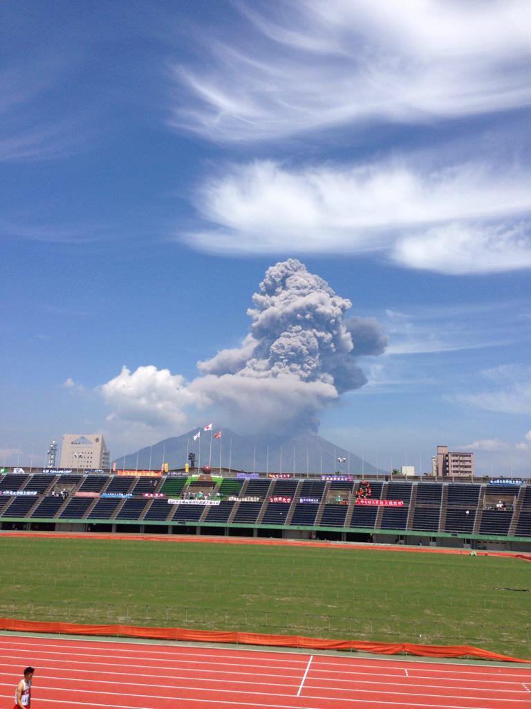 陸上アナウンス「ただいま桜島が噴火しておりますが、鹿児島ではこれは当たり前のことです」観客「ざわ..ざわ...」 pic.twitter.com/o2EXFKbUCi