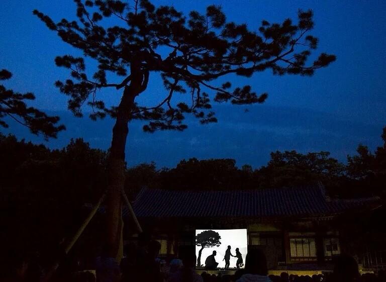 人们在#昌庆宫 #Changgyeonggung_Palace 观看 #皮影戏, #韩国 #Korea #首尔 #Seoul。皮影戏起源于中国的民间艺术,利用灯光将兽皮或纸板做成的剪影照射在白色幕布。摄影师:Thomas Peter