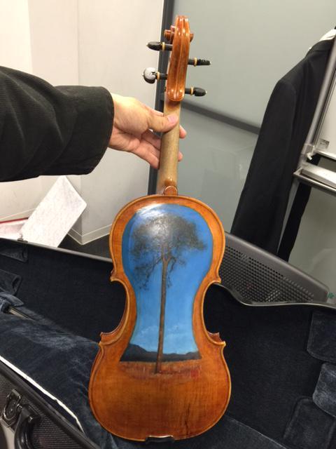 東日本大震災で発生した津波の流木から作られたヴァイオリン。 「千の音色でつなぐ絆」は、 世界中の演奏家1000人に楽器を受け渡しリレー演奏し、 音楽の力で復興支援を行うプロジェクトです。 今日ぼくもこのヴァイオリンを演奏しました。 http://t.co/HfwnJK7hiL