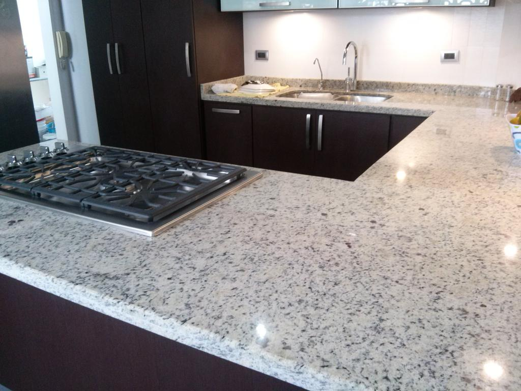 Cocinas empotrada on twitter cocina color wengue y for Granito color blanco