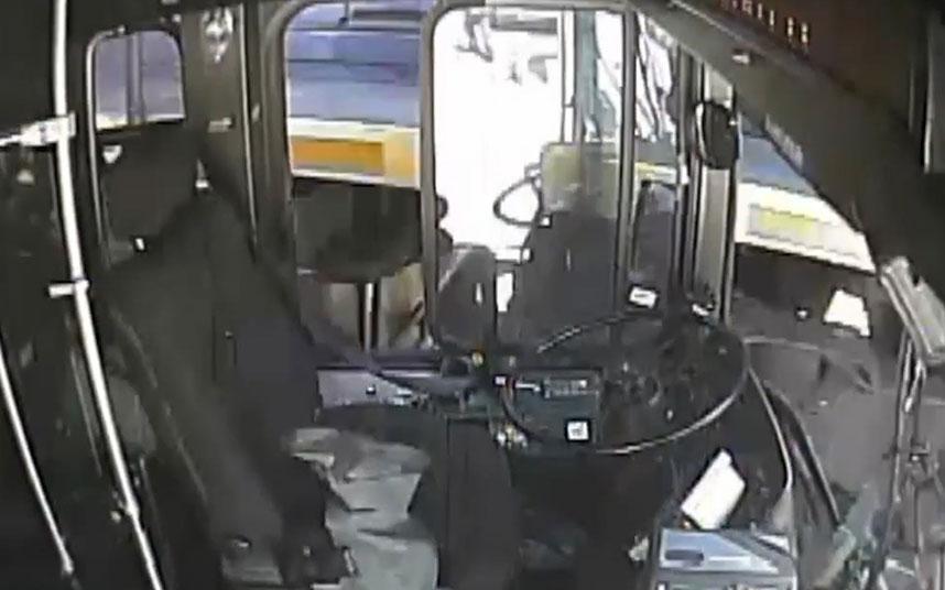 VIDEO Passeggeri dell'autobus scappano in tempo prima dell'urto con il treno ad Atlanta (USA), le immagini diventano virali