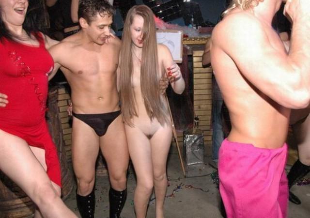 девушка разделась в клубе фото
