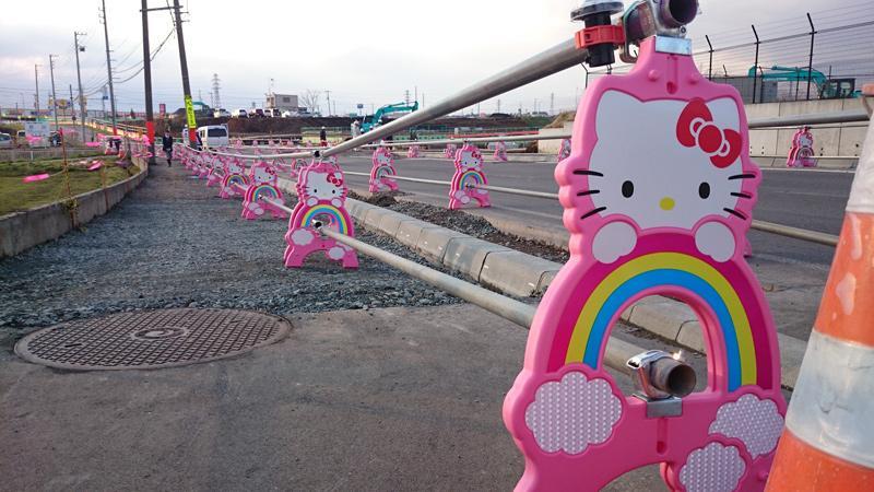 【ハローキティの単管バリケード】こんなところにキティが・・・!?工事現場などで、見かけたら何だかラッキー♡ドライブ中にも和んじゃいそうだね!今週も安全作業、安全運転で行きましょ♪ pic.twitter.com/DUBjdzoNau