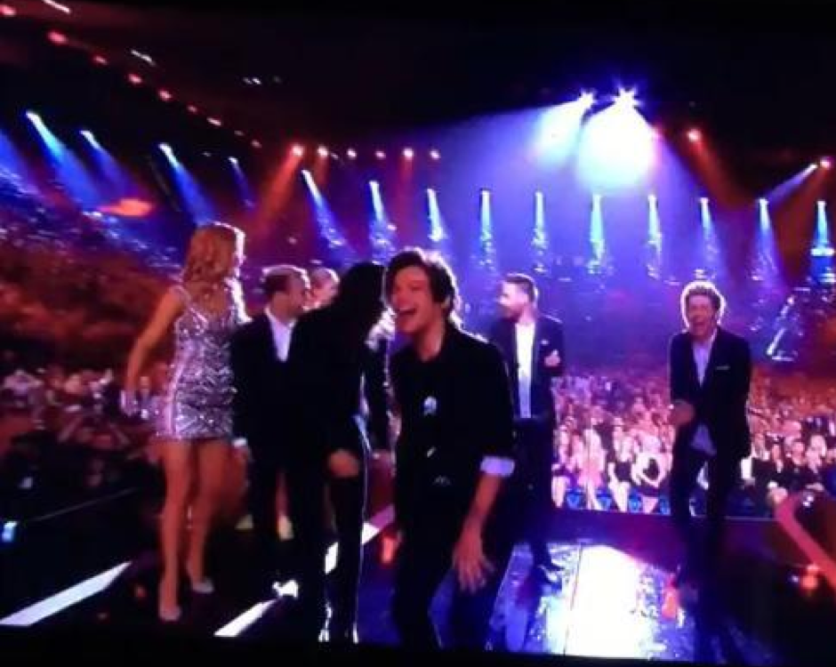 1D can't contro-o-o-ol their laughter at Liam Payne's Billboard Music Awards fail #OhNoLiam http://t.co/Hfaj4QhCGP