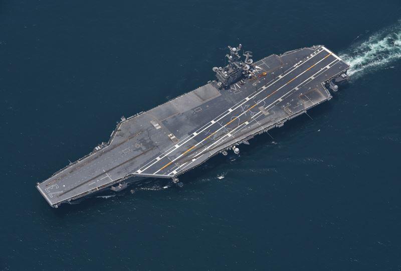 海上自衛隊のFacebookより: 「さようなら」と飛行甲板に人文字を描く空母ジョージ・ワシントン→  http://t.co/Ugi2OWVSRv http://t.co/YX8ozLXxZD