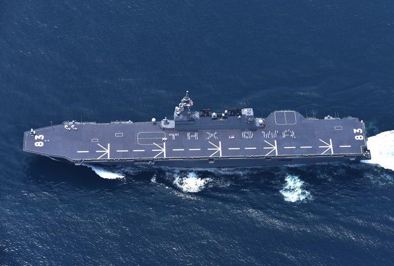 海上自衛隊のFacebookより: 空母ジョージ・ワシントンを見送りに来てくださった、海上自衛隊の護衛艦いずも。飛行甲板にTHX GWA(Thank you George Washington)と人文字を描いて下さいました→ http://t.co/HbcknTJy3f