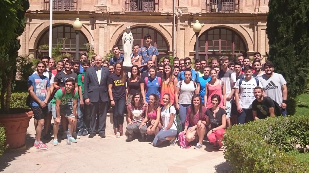 . @JenniferPareja con alumnos de @UCAM_CAFD tras ofrecer una charla http://t.co/n8mTxyPUqV