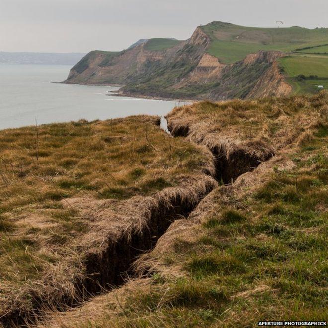 #Dorset #Jurassic coast cliff crack causes concern #WestBay http://t.co/5VdZ1BhSNJ http://t.co/LpU04dkS6v