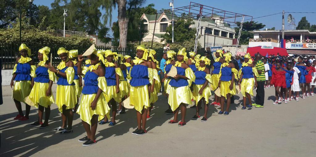 Traditionnelle parade scolaire sur la place d'Armes de l'#Arcahaie #Bicolore212 http://t.co/xOLpDmSQlD