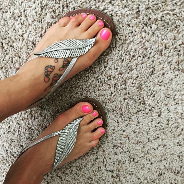RT @Carlos_Shoes: A #pairof #sparklysandals & a #freshpedi = #bestwaytostarttheday! http://t.co/LtpRI7iNX3 http://t.co/pm07fPTo19