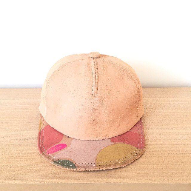 床革を使用し、ひとつひとつ手染めされたキャップ 使う度に柔らかくなり、色が濃くなり、それぞれの味が出てきます♪ http://pinkoi.me/1AchJtA #Pinkoi #PinkoiJP #革小物 #帽子 #RESAPATO pic.twitter.com/6Hfbkm3kPj