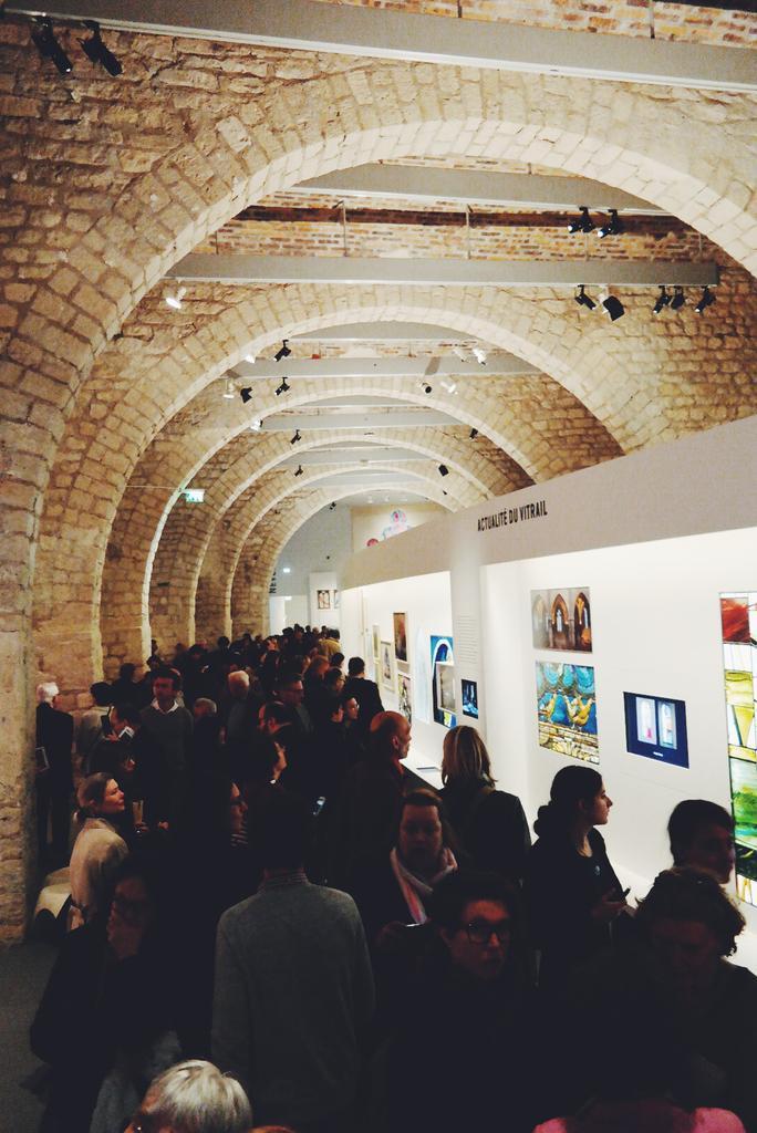 Il y a foule de visiteurs pour le vernissage de la nouvelle expo de la Cité de l'Archi : le #vitrail contemporain http://t.co/o7osM8gHkK