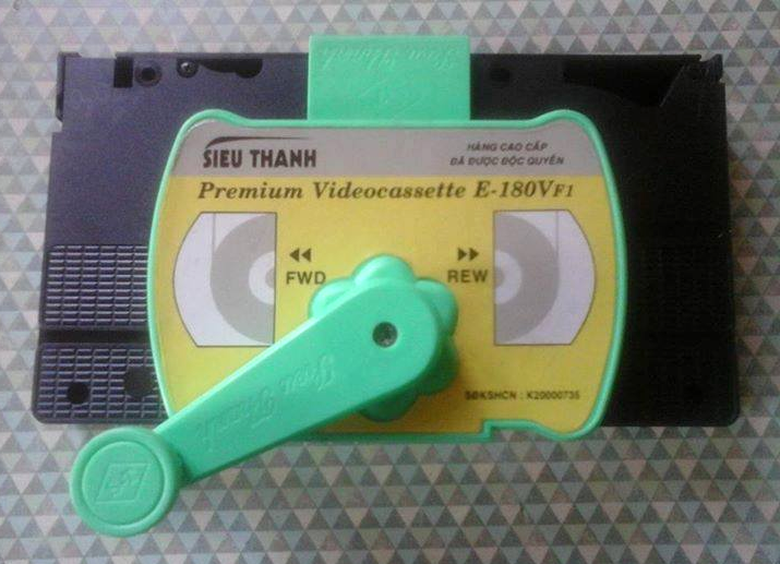 "Jayson Kennedy on Twitter: ""Something you don't see everyday, a manual  hand-crank #VHS rewinder (and fast forwarder). http://t.co/98dhETXJeK"""