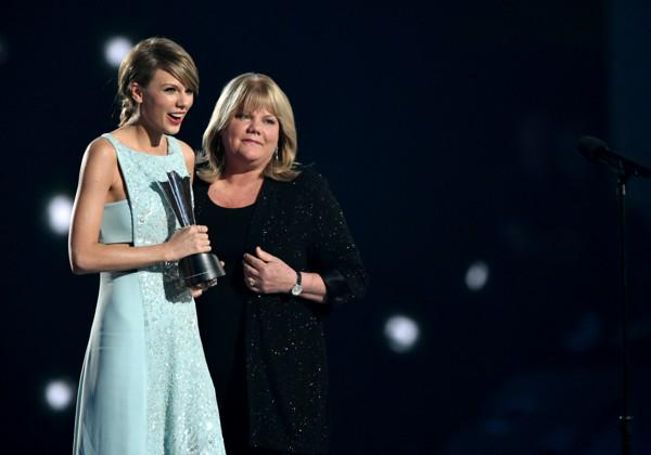"""Even Taylor Swift's Mom Thought the Line Was """"Starbucks Lovers"""" in 'Blank Space' http://t.co/suoaVkLul2 http://t.co/z0jT8fHq7i"""