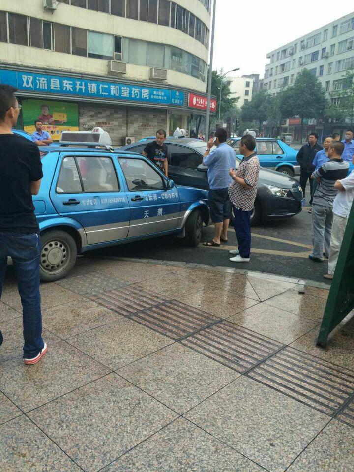 出租车继续在围堵转车。其实出租车根本没想明白,只有靠转车,他们的份子钱才能降下来。#ubercd http://t.co/FeWfpqeltL