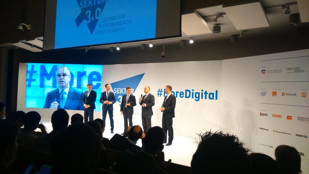 5 panów w garniturach na dzień dobry #moredigital #morediversity http://t.co/5jbXe2bohR