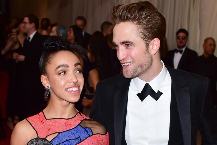 Robert Pattinson e FKA Twigs fotografati con il sorriso al Brooklyn Hangar Sunday