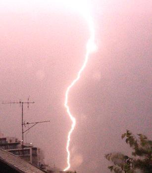 今朝は雷雲が関東を西から東へ移動中で、あちこちに落雷しているようです。眠れなくて窓を眺め、生まれて初めてカミナリをスマホでとらえました…。 pic.twitter.com/zy6FGIViHs