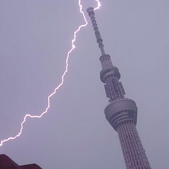 うるせえと思ったら、雷がスカイツリーに落ちまくっている模様。 pic.twitter.com/tl4gkeL43U