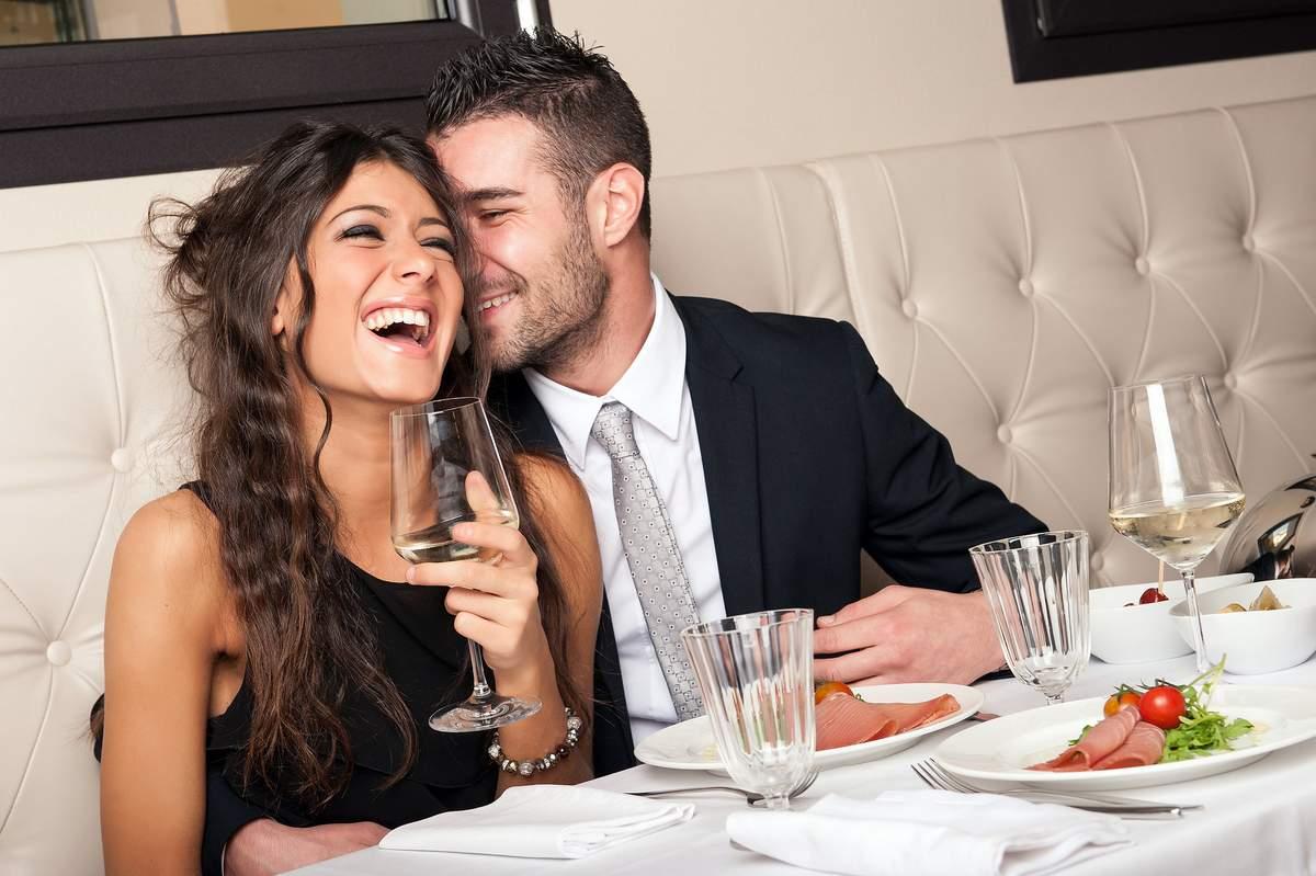 Мужчины с женщиной, для поздравления цветы
