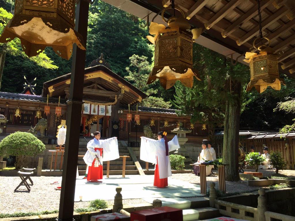 武道の道場ではよく神社仏閣で奉納演武をします。神さまに演武を見てもらい楽しんでもらおうというものです。その際、まず神前の儀に参加させていただくのですが今日は平國祭(くにむけのまつり)で舞を見せていただきました!巫女さん!