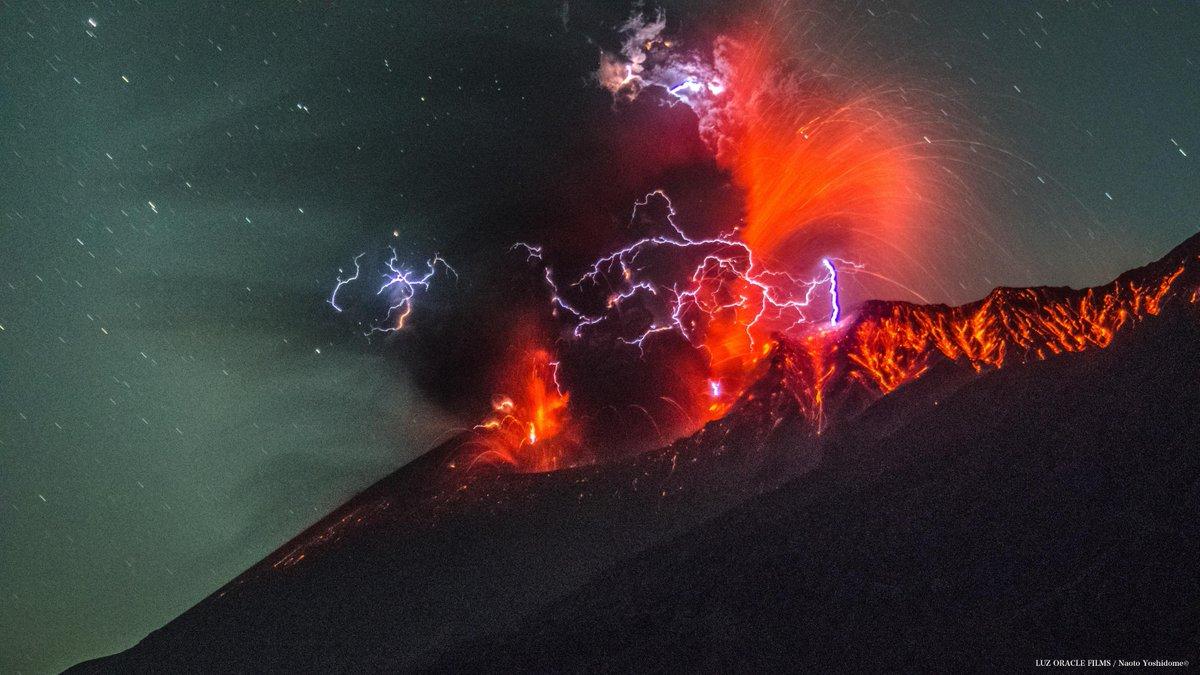 おはようございます本日21日午前0時17分頃の桜島噴火の様子です大量に火山灰とマグマが吹き出したと同時に火山雷も確認できました#桜島 #火山 pic.twitter.com/3J3uIlnnX3