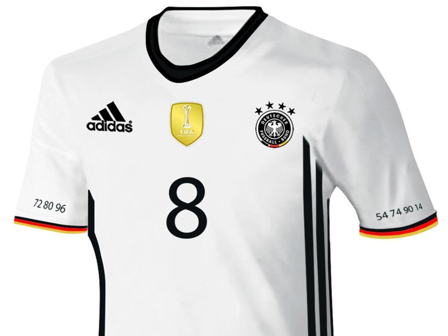 독일대표팀의 새로운 유니폼. 깔끔하다! 좌우 소매에 적힌 숫자는 독일팬이라면 금방 알 수 있을 듯.. http://t.co/1oehzqeU45