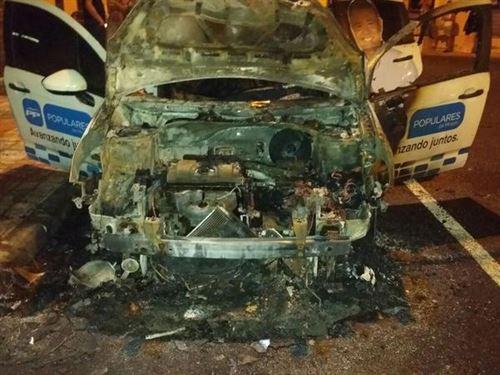 Arde un coche de campaña del PP de Mogán (Gran Canaria) - http://t.co/LFEqytHnB5 http://t.co/miR4S6F4gr