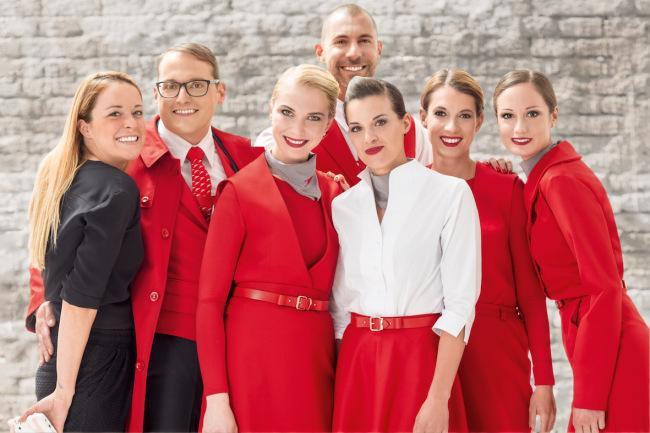 Moda in volo, Austrian Airlines sceglie scarpe e calze rosse
