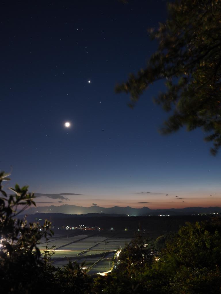 夕空の月と金星とふたご星