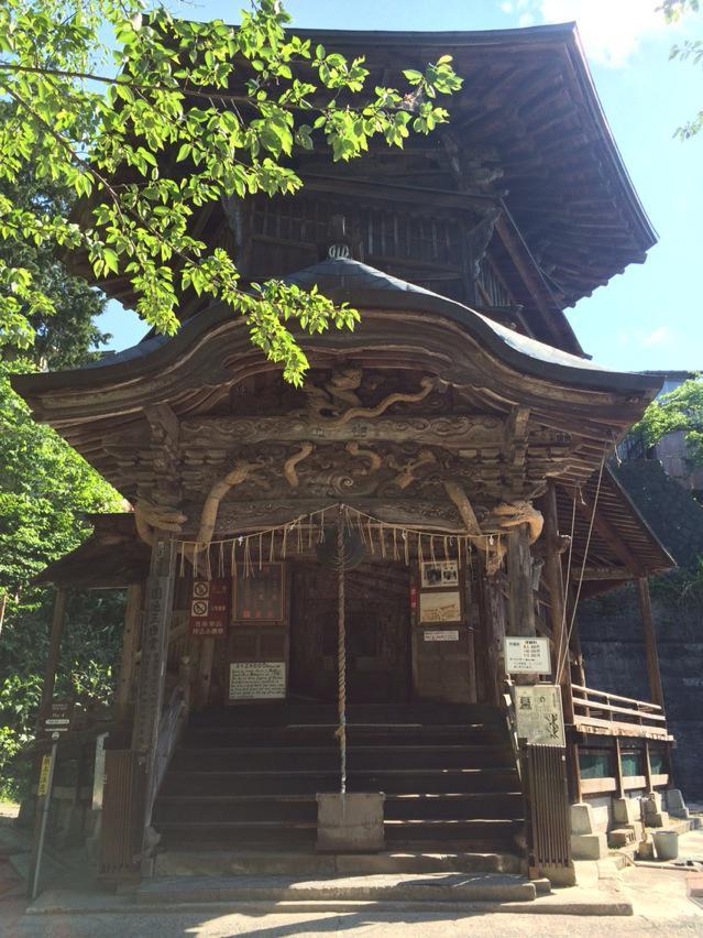 会津若松の栄螺(サザエ)堂です。内部が二重螺旋のスロープになっており、入口から一番上まで上がって降りてくるまで、一本道になっています。江戸時代後期に西洋の文献が広まり、このような建築が生まれたそうです。凄いです。 http://t.co/q8mkuiNPY3