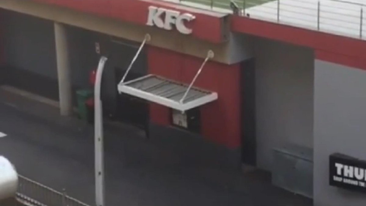 WATCH: KFC cook caught on video sharpening knives on pavement http://t.co/U1j8gksHPe http://t.co/qIxhD0wiox
