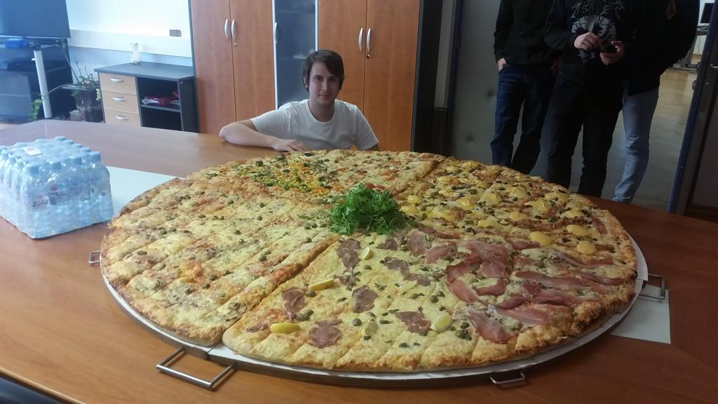 In 2010, two pizzas for 10,000 BTC were bought. Today, 1 BTC buys you this! @coindesk Happy #bitcoinpizzaday everyone http://t.co/S7FeZBZZNe