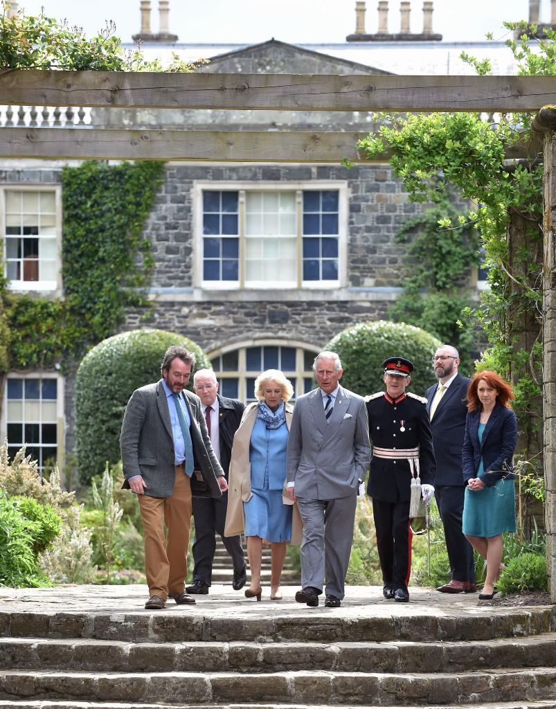 Our head gardener, Neil gives TRHs a tour of the @NTmountstewart gardens #royalvisitNI http://t.co/L6lkLNUjXB